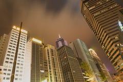 Skyline einer cosmpolian Stadt in einer bewölkten Nacht lizenzfreie stockfotos