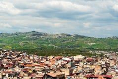 Skyline einer ländlichen Stadt in Sizilien Lizenzfreies Stockbild