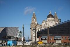 A skyline em Albert Dock é um complexo de construções e de armazéns da doca em Liverpool, Inglaterra Fotos de Stock