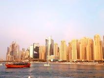 Skyline em um dia ensolarado, distrito da praia de Jumeirah do porto de Dubai fotos de stock royalty free