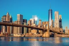 Skyline famosa de New York City do centro na luz do amanhecer fotografia de stock