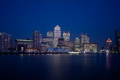 Skyline financeira 2013 do distrito de Londres na noite Imagens de Stock Royalty Free