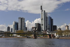 Skyline Francoforte no cano principal, Alemanha Foto de Stock Royalty Free