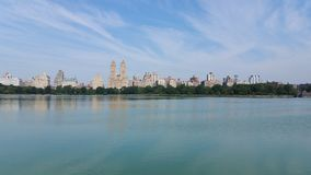 Skyline grande do lago central Park fotos de stock