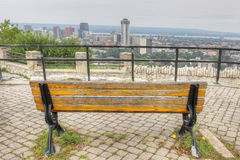 Skyline Hamiltons, Kanada mit Parkbank im Vordergrund Stockfotografie