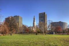 Skyline Hartfords, Connecticut mit Park im Vordergrund stockbild