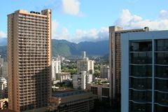 Skyline in Honolulu in Richtung zu den Bergen Stockfotografie