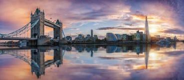 A skyline icónica de Londres durante o por do sol Foto de Stock Royalty Free