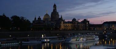 Skyline iluminada de Dresden na luz da noite Imagens de Stock