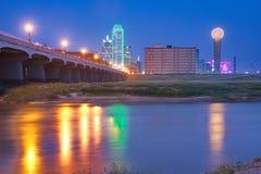 Skyline im Stadtzentrum gelegenen Dallas, Texas nachts reflektierend in der Dreiheit Ri stockfotografie