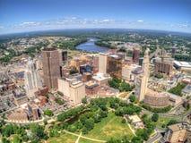 Skyline im Stadtzentrum gelegenen Hartfords, Connecticut gesehen im Sommer durch Drohne stockbilder