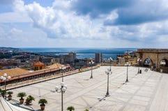 Skyline litoral de Cagliari, Sardinia Itália no mar Mediterrâneo do terraço de Umberto foto de stock