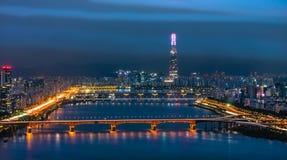 Skyline Lotte World Shopping Center da manhã na noite Em Han River em Coreia do Sul fotografia de stock royalty free