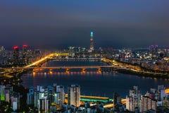 Skyline Lotte World Shopping Center da manhã na noite Em Han River em Coreia do Sul imagens de stock