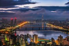 Skyline Lotte World Shopping Center da manhã na noite Em Han River em Coreia do Sul imagem de stock royalty free