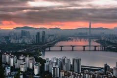 Skyline Lotte World Shopping Center da manhã na noite Em Han River em Coreia do Sul foto de stock royalty free