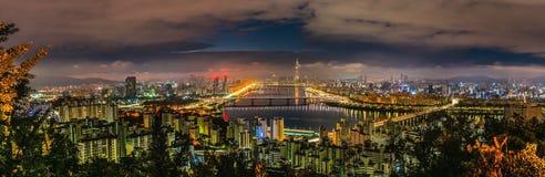 Skyline Lotte World Shopping Center da manhã na noite Em Han River em Coreia do Sul fotos de stock