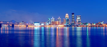 Skyline Louisville-, Kentucky nachts Lizenzfreies Stockbild