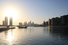Skyline Manama do por do sol de Barém Fotos de Stock Royalty Free