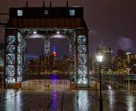 Skyline Manhattans New York regnerisch von East River Stockfotografie