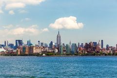 Skyline Manhattans New York von Hudson River Lizenzfreie Stockfotos