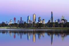Skyline Melbournes Australien angesehen von Albert Park Lake bei Sunr Lizenzfreies Stockfoto
