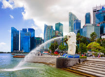 Skyline and Merlion statue at Merlion Park in Singapore Royalty Free Stock Photos