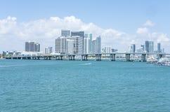 Skyline Miamis Florida mit einem Hintergrund von weißen flaumigen Wolken und von blauem Himmel Lizenzfreie Stockfotos