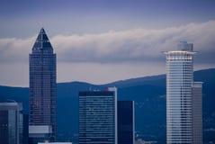 Skyline mit Geschäftsgebäuden in Frankfurt, Deutschland, im ev Lizenzfreies Stockbild