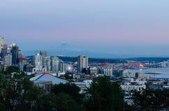 Skyline & Monte Rainier da margem de Seattle foto de stock royalty free