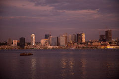 Skyline na noite, Angola da baía de Luanda Foto de Stock Royalty Free