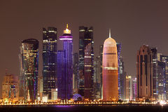 Skyline na noite, Catar de Doha Fotos de Stock