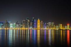 Skyline na noite, Catar de Doha, Médio Oriente Foto de Stock Royalty Free