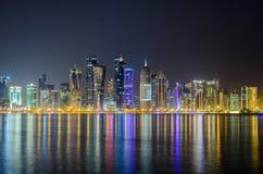 Skyline na noite, Catar de Doha, Médio Oriente Fotografia de Stock Royalty Free