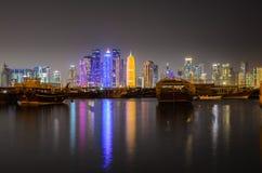 Skyline na noite, Catar de Doha, Médio Oriente Fotos de Stock Royalty Free