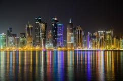 Skyline na noite, Catar de Doha, Médio Oriente Foto de Stock
