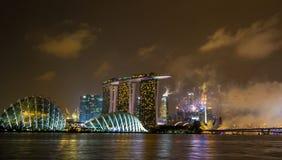 Skyline na noite em Marina Bay, Singapura Fotos de Stock Royalty Free