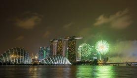 Skyline na noite em Marina Bay, Singapura Fotografia de Stock Royalty Free