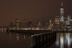 Skyline na noite, New York City de Manhattan Fotografia de Stock