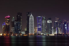 Skyline na noite, Qatar de Doha Imagem de Stock Royalty Free