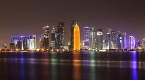Skyline na noite, Qatar de Doha foto de stock