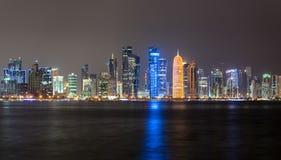 Skyline na noite, Qatar de Doha Imagens de Stock