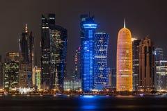 Skyline na noite, Qatar de Doha Fotografia de Stock Royalty Free