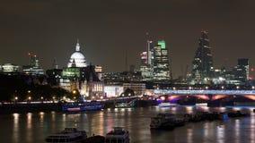 Skyline na noite - rio Tamisa de Londres, St Pauls e Imagem de Stock Royalty Free