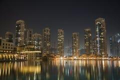 Skyline na noite, UAE de Dubai Fotos de Stock