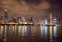 Skyline nach Einbruch der Dunkelheit Lizenzfreie Stockfotos