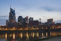 Skyline Nashville-, Tennessee an der Dämmerung stockbilder