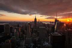 Skyline New York City Manhattan bei Sonnenuntergang, Ansicht von der Spitze des Felsens, Rockfeller-Mitte, Vereinigte Staaten lizenzfreies stockfoto