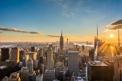 Skyline New York City Manhattan bei Sonnenuntergang, Ansicht von der Spitze des Felsens, Rockfeller-Mitte, Vereinigte Staaten Stockfotos