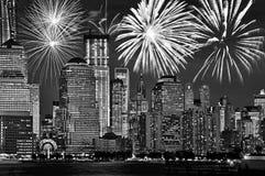Skyline New York Manhattan nachts, mit Feuerwerken, amerikanische US-Feier und Partei, Schwarzweiss lizenzfreies stockbild